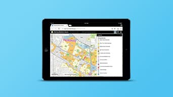 Tablet mostrando app web creada con Web AppBuilder for ArcGIS, con un mapa y referencias.